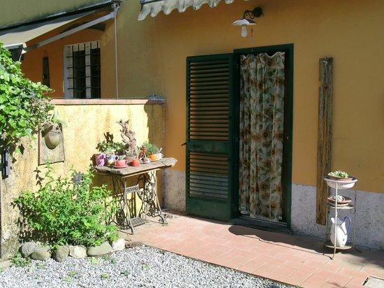 B&B Casa Anita: Entrata posteriore della struttura che da sugli spazi esterni e i giardini