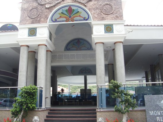 Montebello Resort: Front of hotel