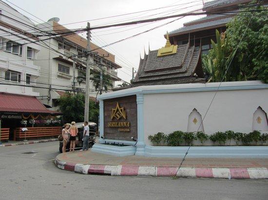 Sirilanna Hotel: Street view