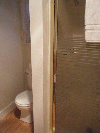 Hotel Charlotte : Room 11 bathroom