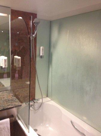 Crowne Plaza Lille: Bathroom