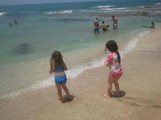 Hof Palmahim National Park: Two girls admiring the sea at Palmachim beach