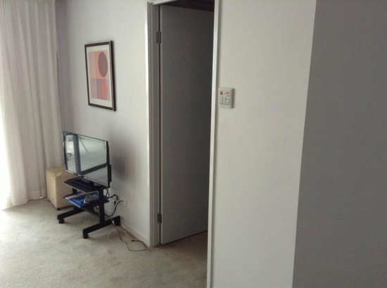 Ipanema Resort Apartments : Good Sixed LCD Tv, very low TV stand to appreciate, Walk in Ward drove entry
