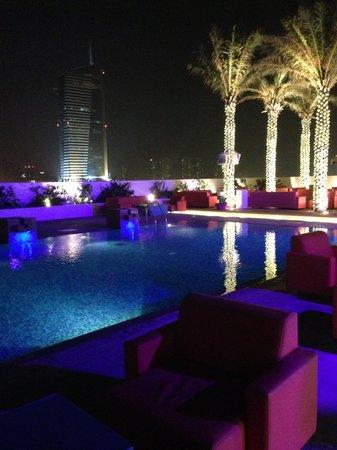 Media One Hotel Dubai: Piscina
