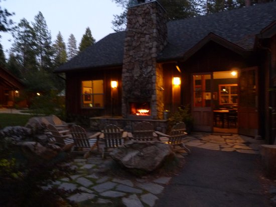 Evergreen Lodge at Yosemite Restaurant: Nice open fire to enjoy after dinner
