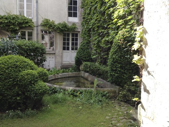 Sous le Baldaquin - Chambre d'Hotes: Water feature in the garden