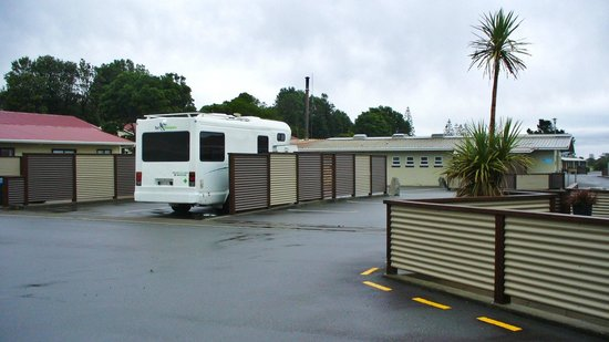 Greymouth Seaside Top 10 Holiday Park: Fencing for every powered site give privacy and shelter from high winds.