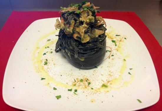 Caffe Mokador di Monserrat : Tagliolini al nero di seppia con crema di melanzane scampi e bottarga.