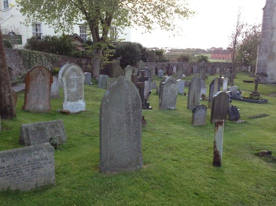 Church House : graveyard next door