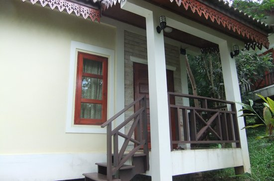 Baan E-Tu Waterfall Resort: The entry to our bungalow
