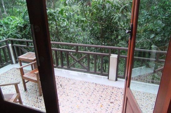 Baan E-Tu Waterfall Resort: View out to the balcony