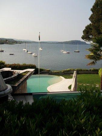 Mon Bay Villa B&B: la piscine au dessus du port