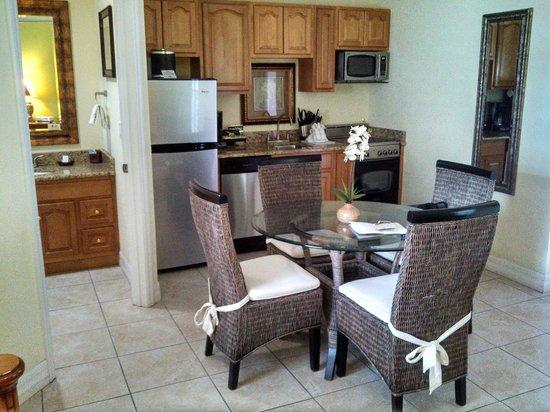 Tropical Beach Resorts: Kitchen, dining, bathroom area