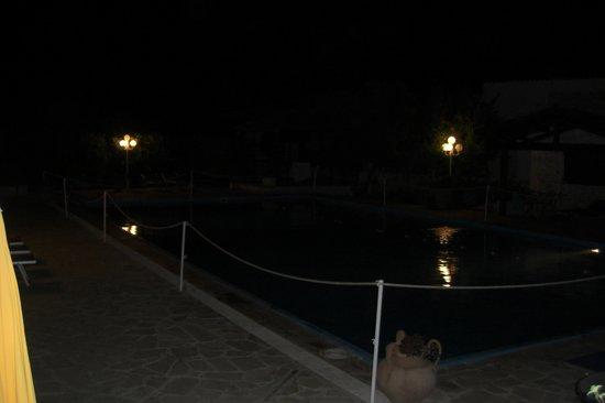 Ristorante Agriturismo Salinola: piscina illuminata di notte in masseria