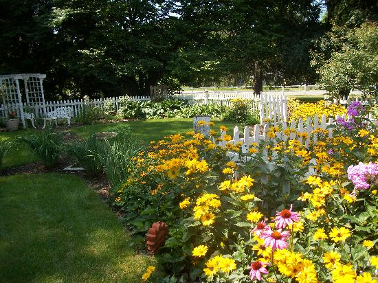 Apple Tree Lane Bed & Breakfast: White picket-fenced country garden