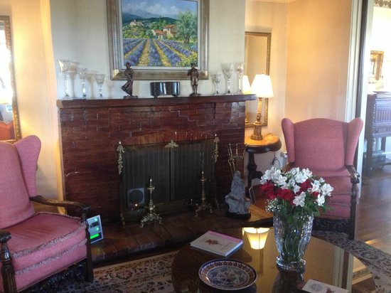 Daisy Polk Inn: Fireplace in the main room