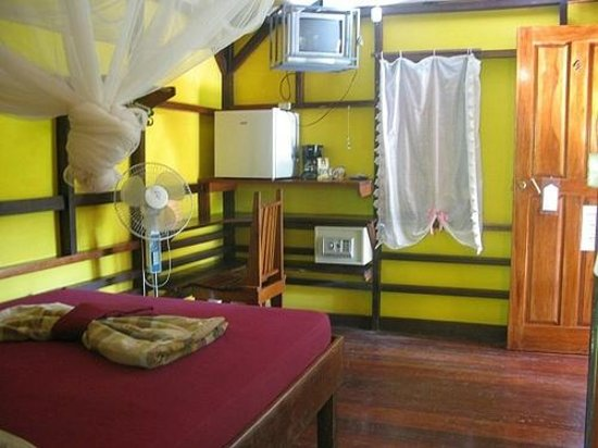 Coco Loco Lodge: room with A/C