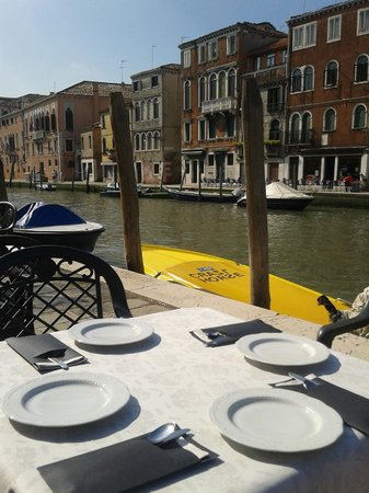 Hotel Ca' Dogaressa: Breakfast table on the canal