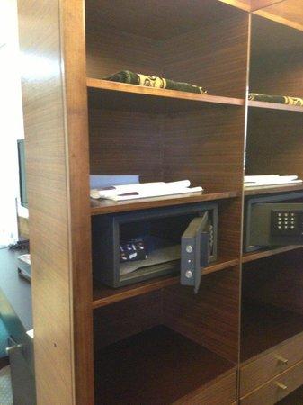 Corp Amman Hotel: Closet/safe