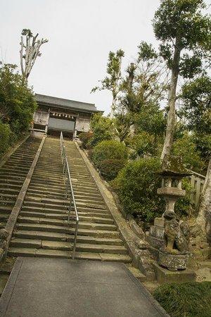 Shiroyama Inari Shrine: the stairs up to the shrine