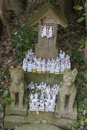 Shiroyama Inari Shrine: fox figures on a small stone shrine
