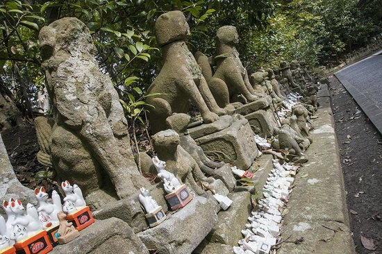 Shiroyama Inari Shrine: fox statues and figures