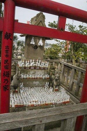 Shiroyama Inari Shrine: one small shrine with many fox figures