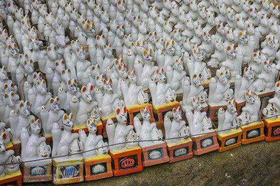 Shiroyama Inari Shrine: many fox figures