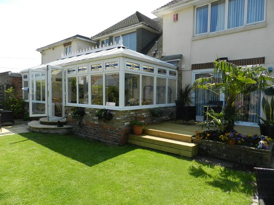 Watersedge Guest House: Conservatory & Room 6 (Garden Suite) Decking Area