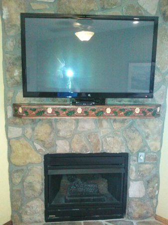 Westgate Smoky Mountain Resort & Spa: Gas Fireplace and Flat Screen TV