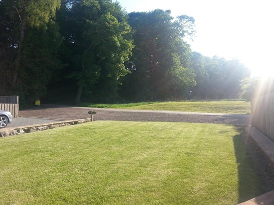 Williamscraig Holiday Cottages: The sun drenched lawn of Rose cottage