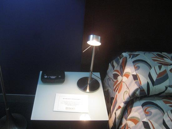 Novotel Darwin Airport: bedside lamp