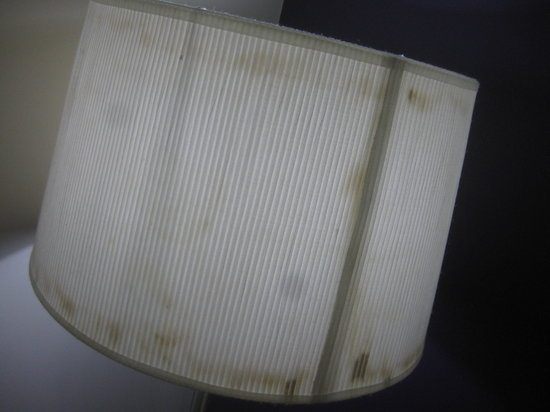 Novotel Darwin Airport: Stained!  This lampshade looks old and tired