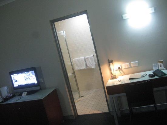 Novotel Darwin Airport: Looking towards bathroom door