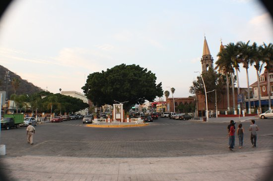 El Pequeno Suites: Coming out of the Malecon onto the main street