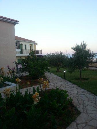 Livadaki Village Hotel: lovely gardens