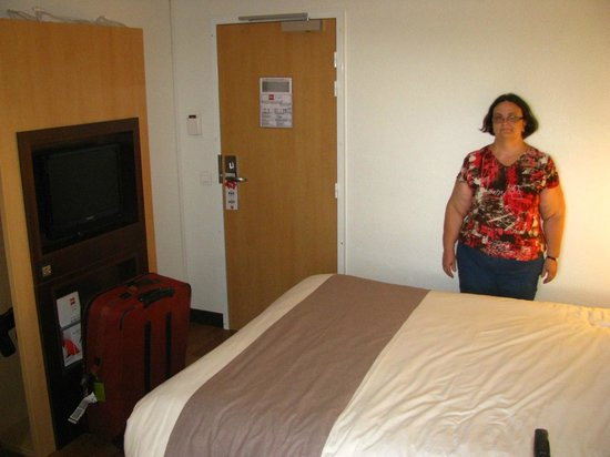 Ibis Paris Orly Aéroport : Room entry, bed, and entertainment centre