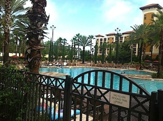 Floridays Resort Orlando: Hotel and Pool area