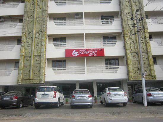 Hotel Komfort Suites: Hotel from Front
