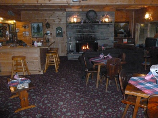 The Inn at Whiteface: Living room with a warm welcoming fire.