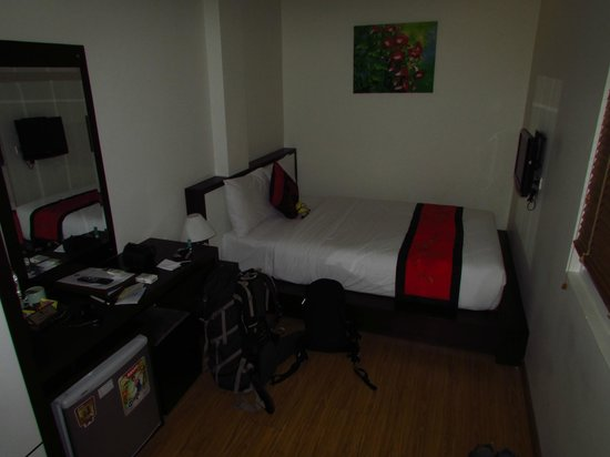 Rising Dragon Estate Hotel: Superior room... small but ideal for a solo traveller