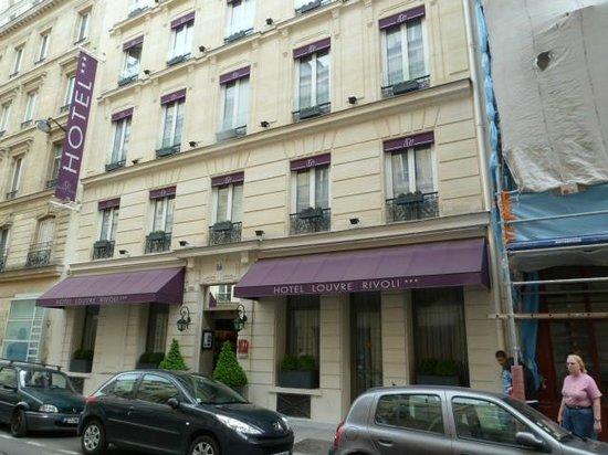 Hotel Louvre Rivoli: Facing the hotel on Rue Jean Lantier
