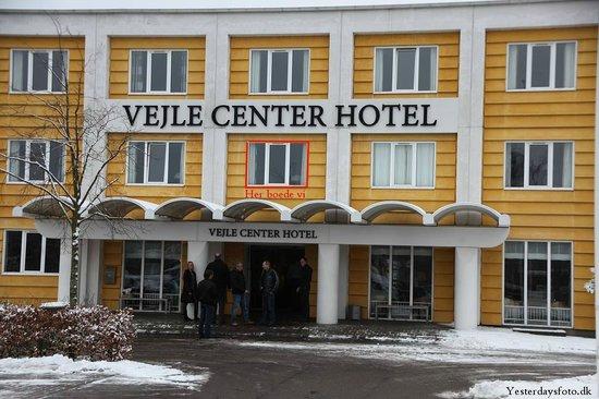Vejle Center Hotel: Hotellet med vinduet som røgen kom ind ad