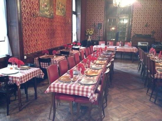 Le continental restaurant-discotheque : A défaut de soleil ou de place au jardin, magnifique salle de restaurant exploitée depuis 1850