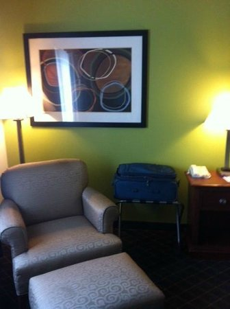 BEST WESTERN Geneseo Inn: Nice chair & artwork