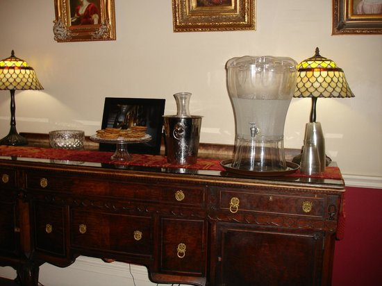 Savannah Bed & Breakfast Inn: The buffet in the dining area..milk and cookies each night!!