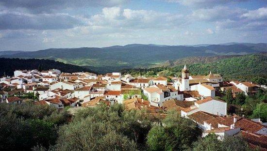 La Flamenca Inn: Cortelazor la Real es un precioso pueblecito de unos 300 habitantes enclavado en una  de las sie