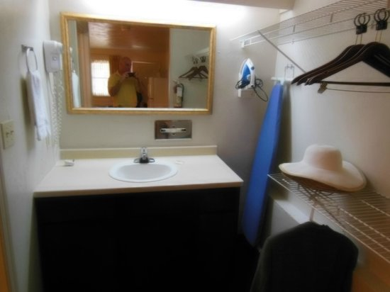Suburban Extended Stay Hotel: Vanity Area