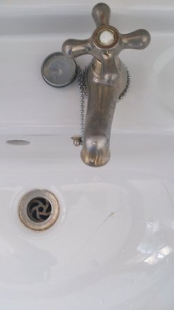 Grosvenor Pulford Hotel & Spa: Cracked sink and mouldy tap