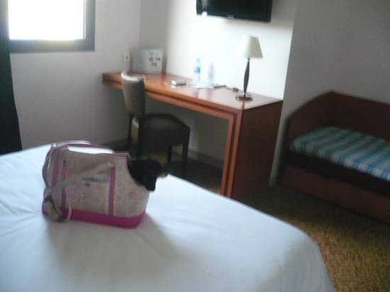 Brit Hotel Saint Malo - Le Transat : Bedroom with desk